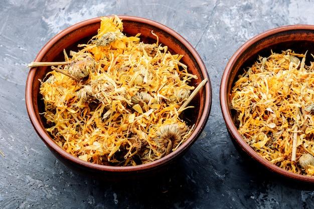 Getrocknete calendula- oder ringelblumenblumen