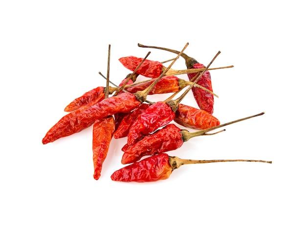 Getrocknete chili lokalisiert auf weißem hintergrund
