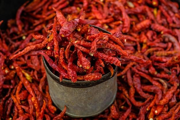Getrocknete chilis werden auf dem markt verkauft.