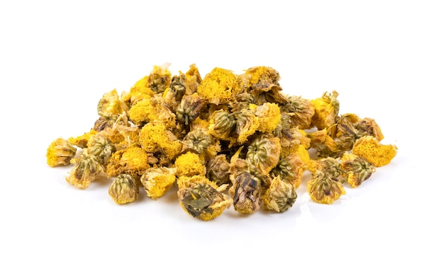Getrocknete chrysanthemenblumen lokalisiert auf weißem hintergrund