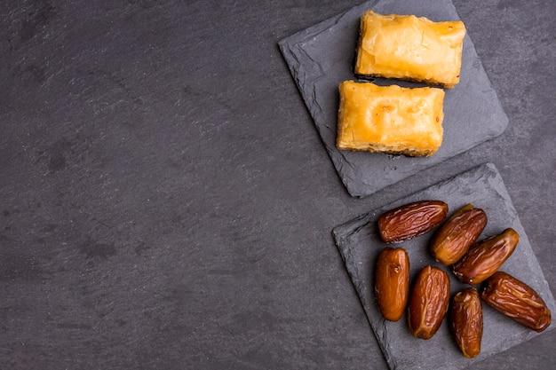 Getrocknete dattelfrucht mit östlichen süßigkeiten