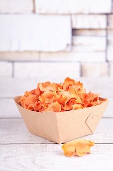 Getrocknete dehydrierte karottenchips. köstlicher umweltfreundlicher bio-snack für die ganze familie. konzept für gesunde ernährung.