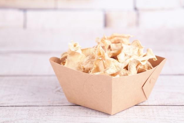 Getrocknete dehydrierte süßkartoffelchips. köstlicher umweltfreundlicher bio-snack für die ganze familie. konzept für gesunde ernährung.