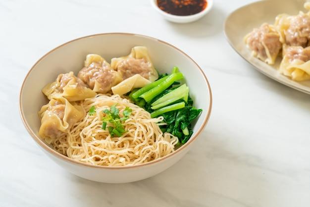Getrocknete eiernudeln mit wan-tan ohne suppe
