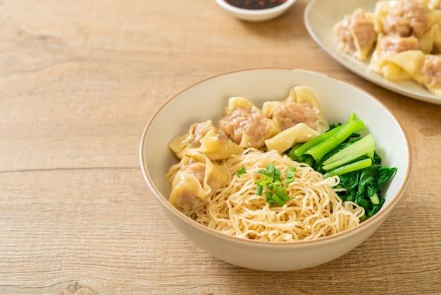 Getrocknete eiernudeln mit wonton vom schwein oder knödel vom schwein ohne suppe nach asiatischer art