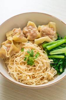 Getrocknete eiernudeln mit wonton vom schwein oder knödel vom schwein ohne suppe nach asiatischer art Premium Fotos