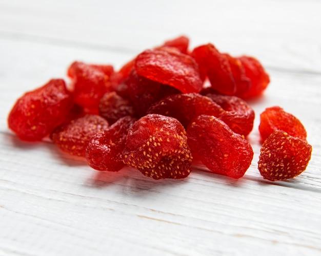 Getrocknete erdbeeren auf einer vintage holzoberfläche