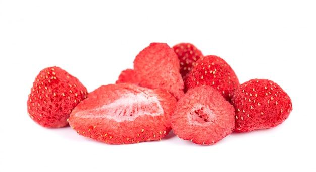 Getrocknete erdbeerscheiben isoliert auf weiß