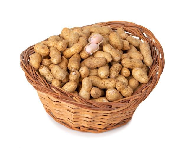 Getrocknete erdnüsse auf weißem hintergrund