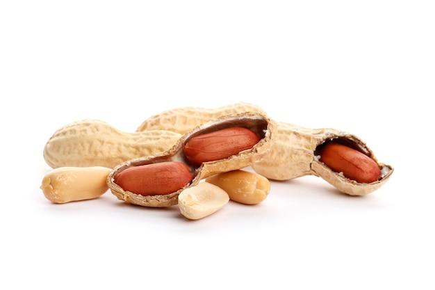 Getrocknete erdnuss zerkleinert nahaufnahme. getrocknete erdnüsse auf dem weißen hintergrund. ansicht von oben. nahaufnahme.
