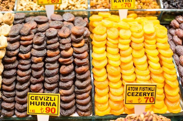Getrocknete feigen und getrocknete aprikosen auf ägyptischem basar von istanbul