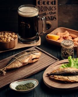 Getrocknete fische und ein glas bier