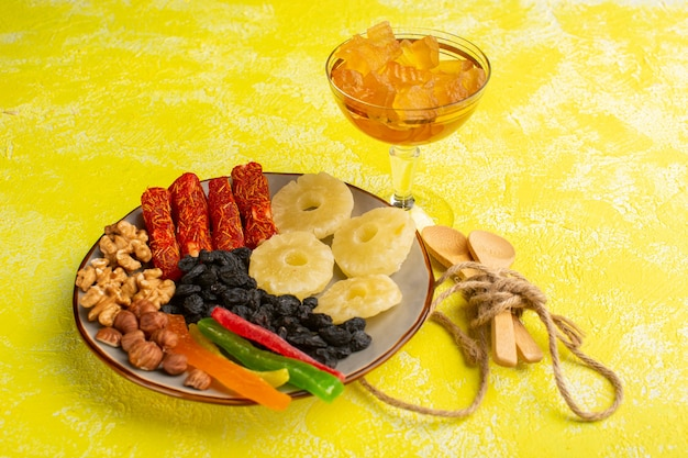 Getrocknete früchte ananasringe walnüsse und nougat auf gelb