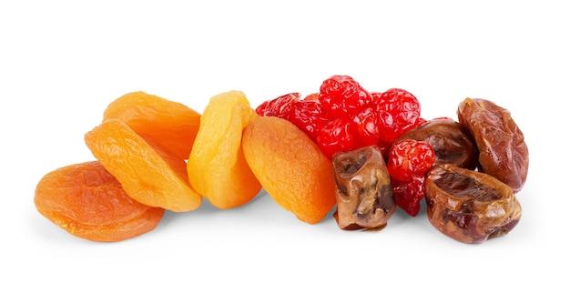 Getrocknete früchte auf dem weißen hintergrund isoliert