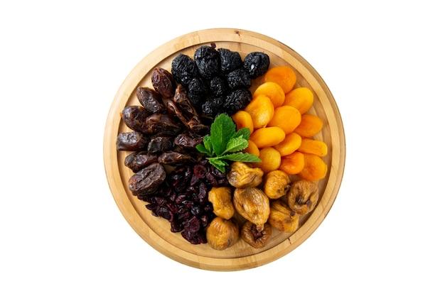 Getrocknete früchte auf holzbrett isoliert, mockup-essen