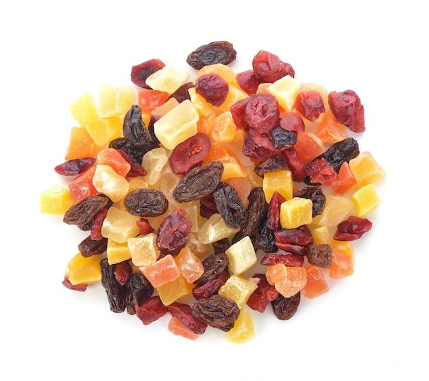 Getrocknete früchte getrennt auf weiß