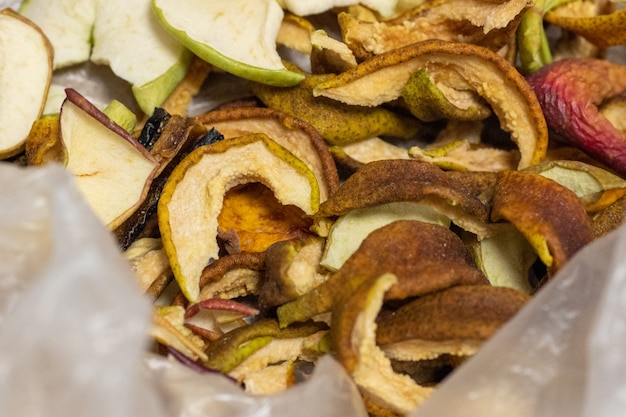 Getrocknete früchte, in einer tüte in spalten geschnitten. trockenfrüchte, äpfel, birnen, pflaumen sind ideal für weihnachtskompott, ein traditionelles weihnachtsgetränk