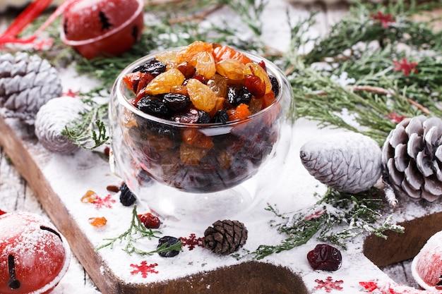 Getrocknete früchte und kandierte früchte tränkten weihnachtsgeschenk.