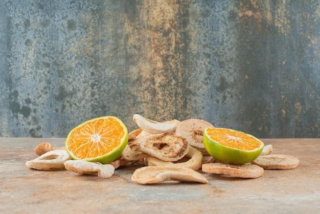 Getrocknete gesunde früchte mit mandarinenscheiben