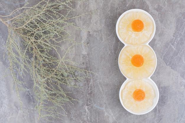 Getrocknete gesunde früchte mit süßer marmelade auf marmorhintergrund.