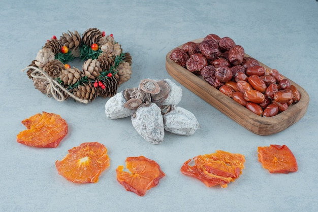 Getrocknete gesunde früchte mit weihnachtskranz. hochwertiges foto
