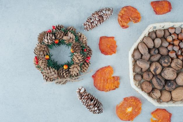 Getrocknete gesunde orange mit korb voller nüsse. hochwertiges foto