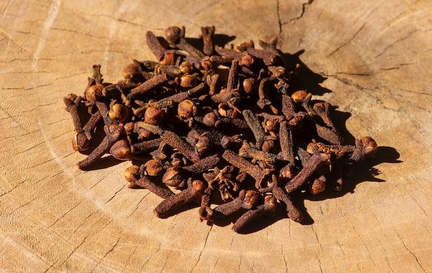 Getrocknete gewürznelken (syzygium aromaticum) auf einer alten holzoberfläche