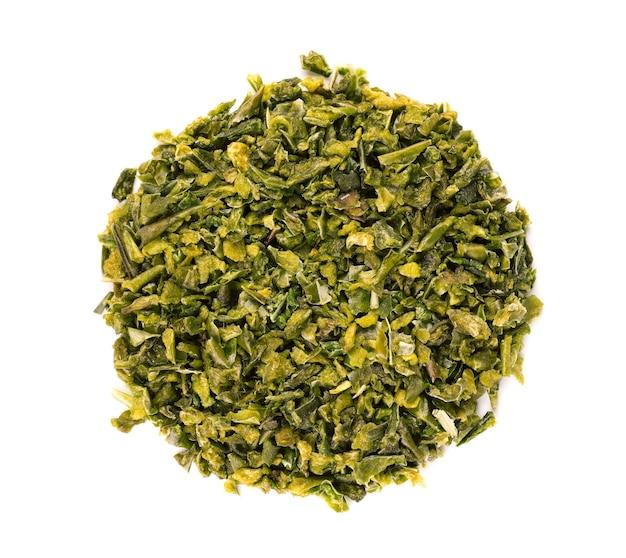 Getrocknete grüne paprikaflocken mit samen lokalisiert auf weißem hintergrund. gehackte jalapeno, habanero oder chilischote. gewürze und kräuter. ansicht von oben.