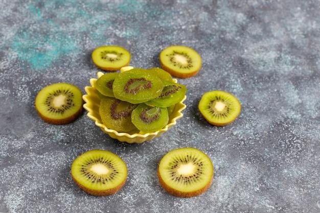Getrocknete hausgemachte kiwis mit frischer kiwi.