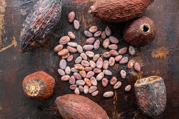 Getrocknete kakao- und kakaosamen auf einem hölzernen hintergrund