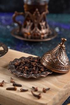 Getrocknete kräuter und heißer tee