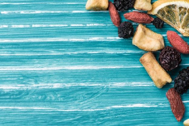 Getrocknete kräuter, zitrone und erdbeere auf blauem hintergrund