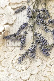 Getrocknete lavendelblumen und vintage liebespostkarten. getöntes bild im retro-stil