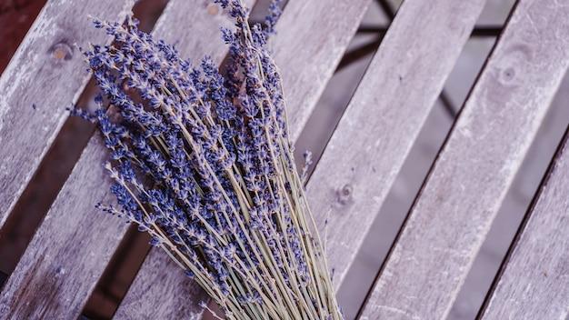 Getrocknete lavendelsträuße auf hölzerner tischoberfläche