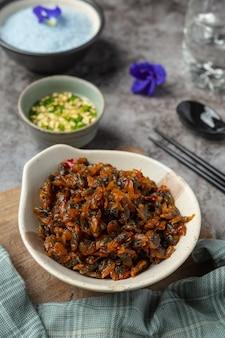 Getrocknete muscheln, serviert mit drei aromatisierten saucen, serviert mit gedämpftem reis asian seafood concept.