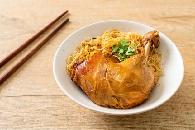 Getrocknete nudeln mit geschmorter hähnchenschale - asiatische küche