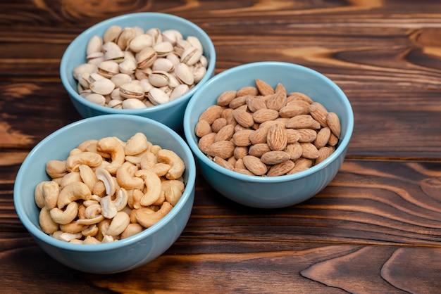 Getrocknete nüsse. mandeln, pistazien, cashewnüsse. verschiedene nüsse. flach liegen