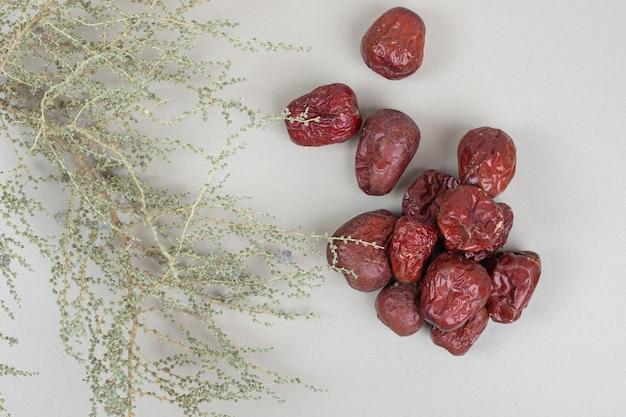 Getrocknete oleasterfrüchte auf beiger oberfläche