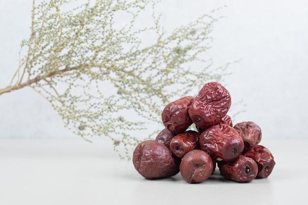 Getrocknete oleasterfrüchte auf weißer oberfläche