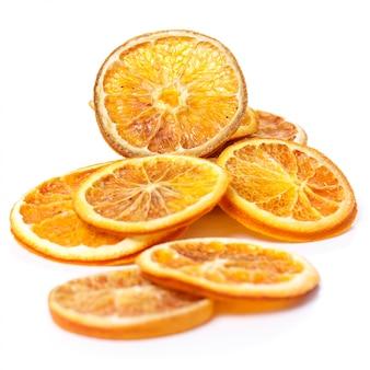 Getrocknete orange auf dem tisch