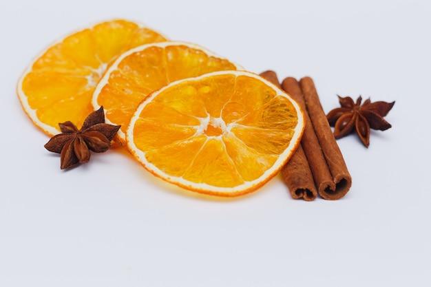 Getrocknete orange in scheiben geschnitten mit zimt und sternanis