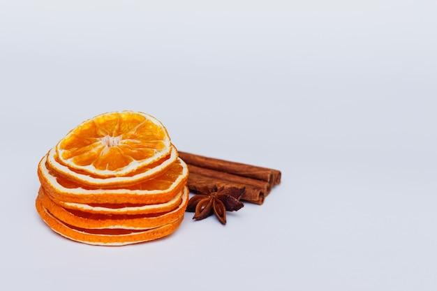 Getrocknete orange, zimt und anis stern