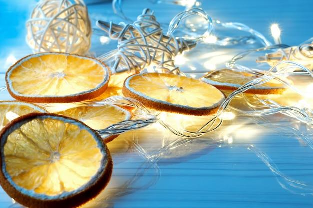 Getrocknete orangen kreise, sterne und leuchtende girlande
