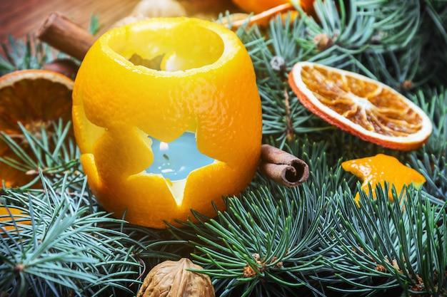 Getrocknete orangen mit nüssen und brennenden kerzen