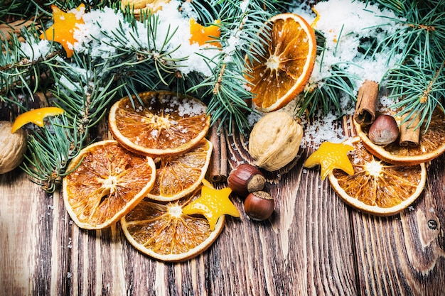 Getrocknete orangen mit nüssen und tannenzweigen