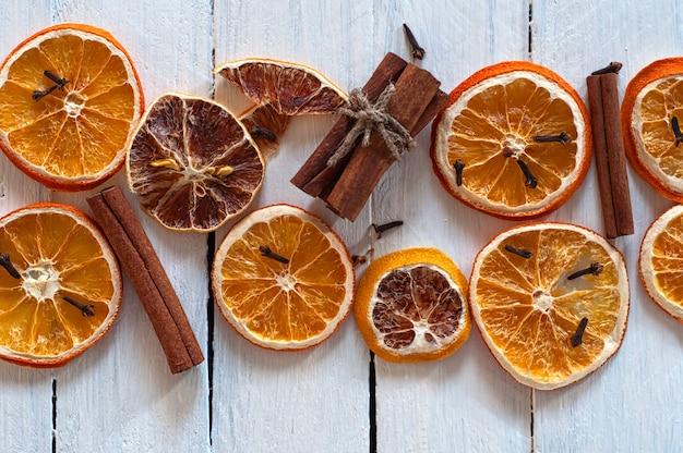 Getrocknete orangen- und zitronenscheiben mit zimtstangen