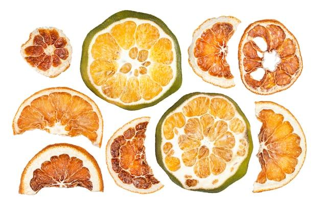 Getrocknete orangenscheiben lokalisiert auf weiß