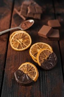 Getrocknete orangenscheiben mit geschmolzener schokolade