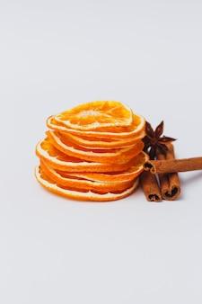 Getrocknete orangenscheiben mit gewürzen. gewürzset zum kochen von glühwein