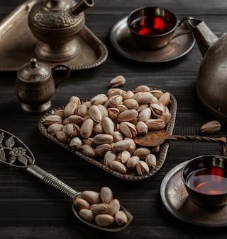 Getrocknete pistazien und arabischer tee